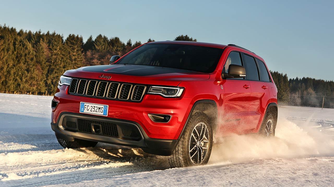 Jeep Grand Cherokee - in voller Fahrt im Schnee