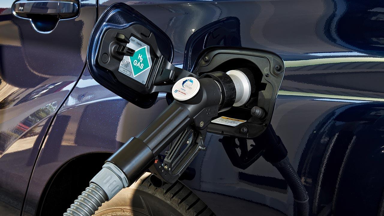 Toyota Mirai - beim Wasserstoff tanken
