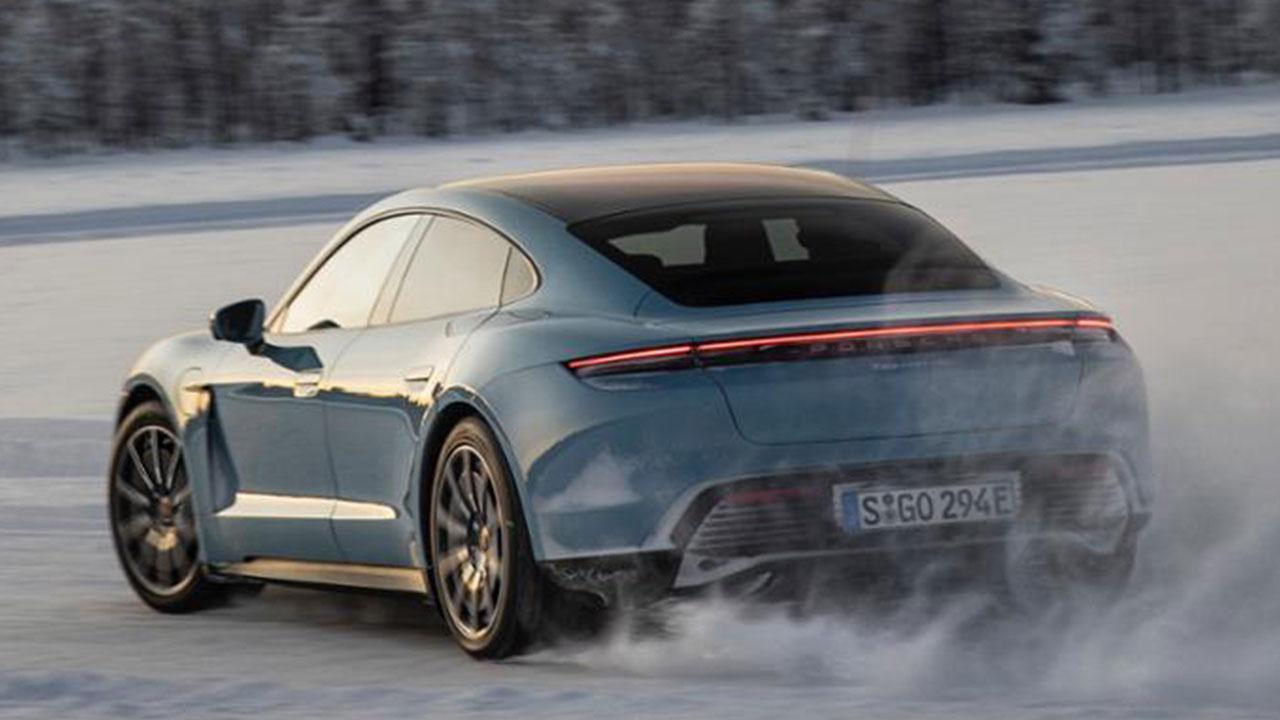 Porsche Taycan 4S - Heckansicht auf Eis