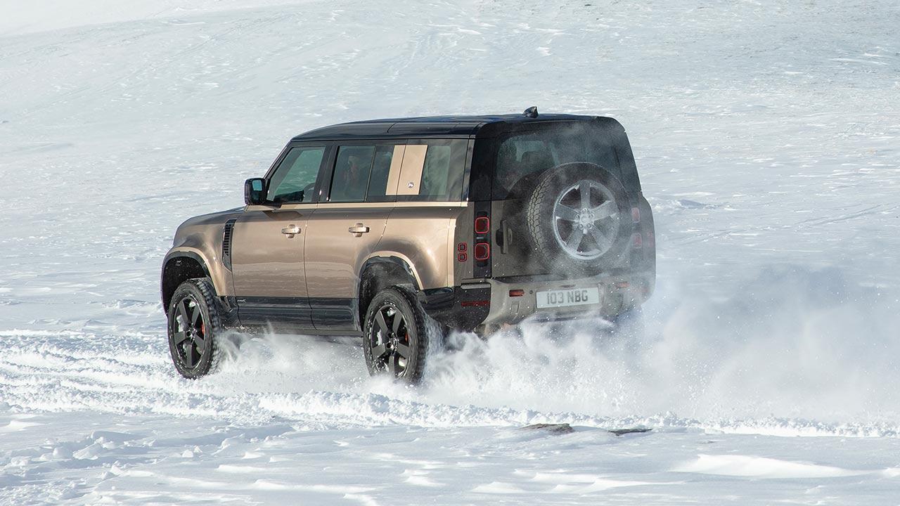 Land Rover Defender P400 - durch den Schnee