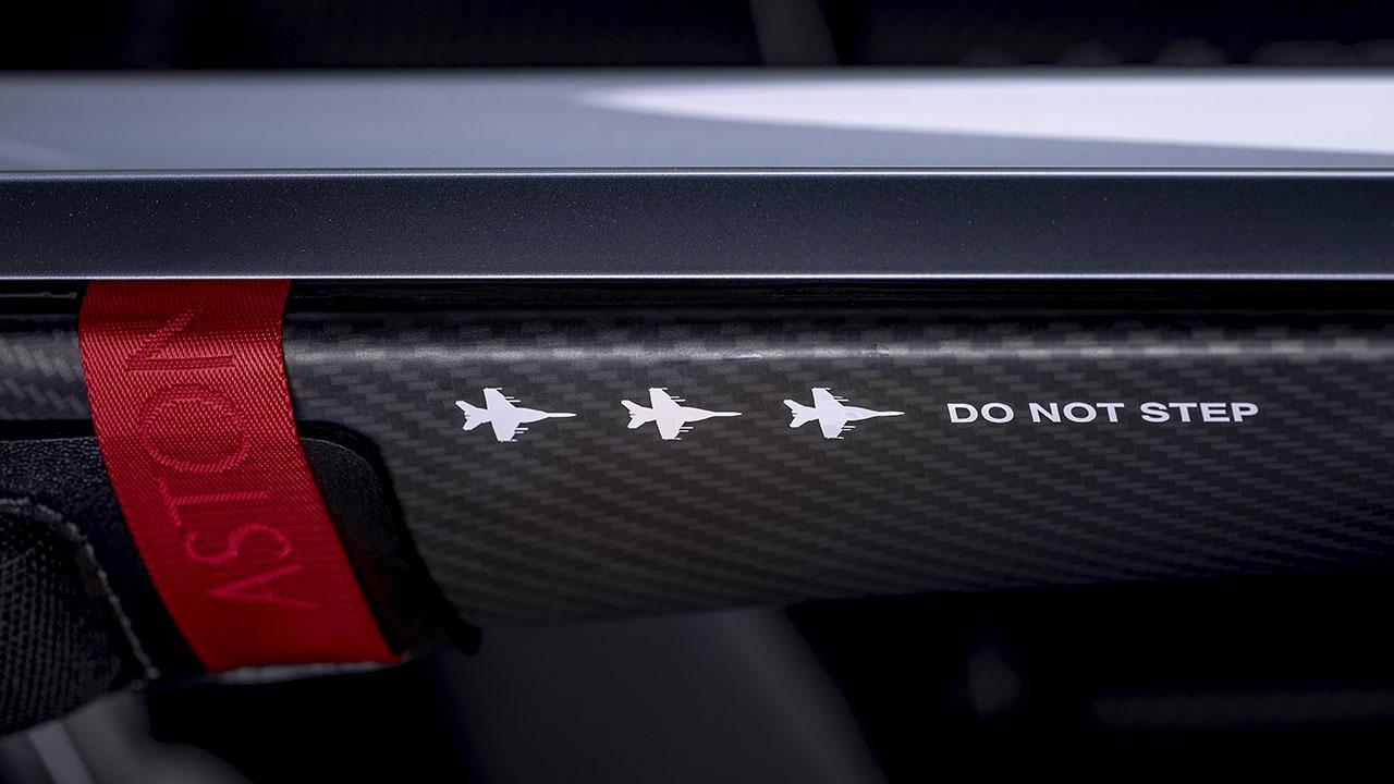 Aston Martin V12 Speedster - Trennbalken