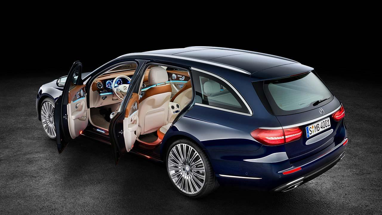 Mercedes-Benz E-Klasse T-Modell - mit geöffneten Türen