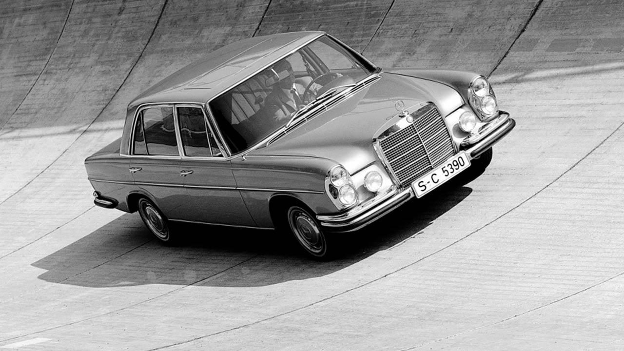 Mercedes-Benz 300 SEL 6.3 - in der Steilkurve