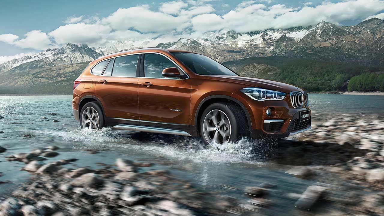 BMW X1 Langversion - Seitenansicht im Fluss