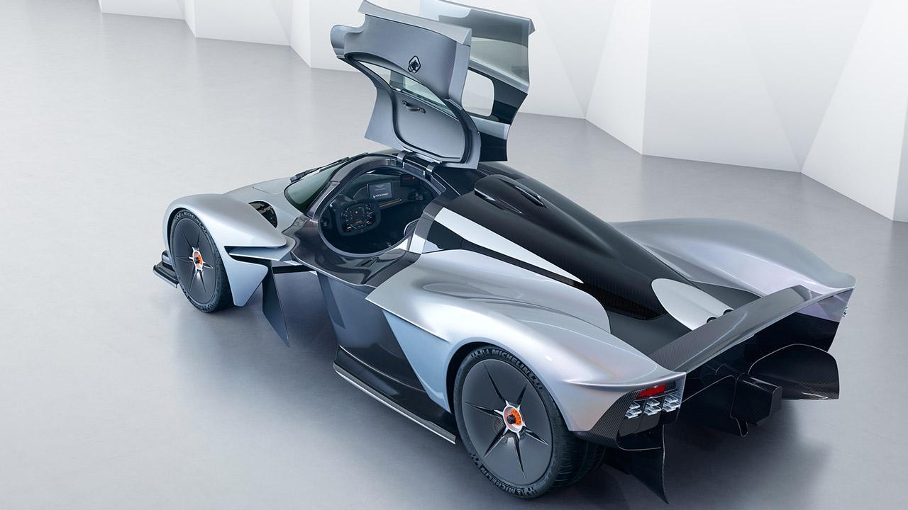 Aston Martin Valkyrie - seitliche Heckansicht mit offenen Türen