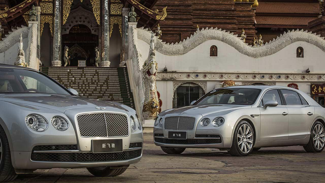 Bentley Flying Spur V8 - vor einem Tempel
