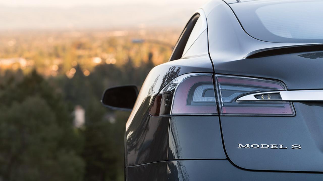 Tesla Model S - Schriftzug