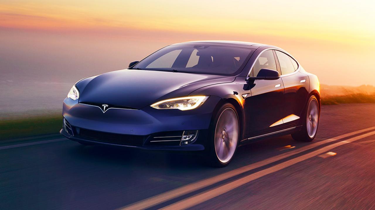 Tesla Model S - in voller Fahrt