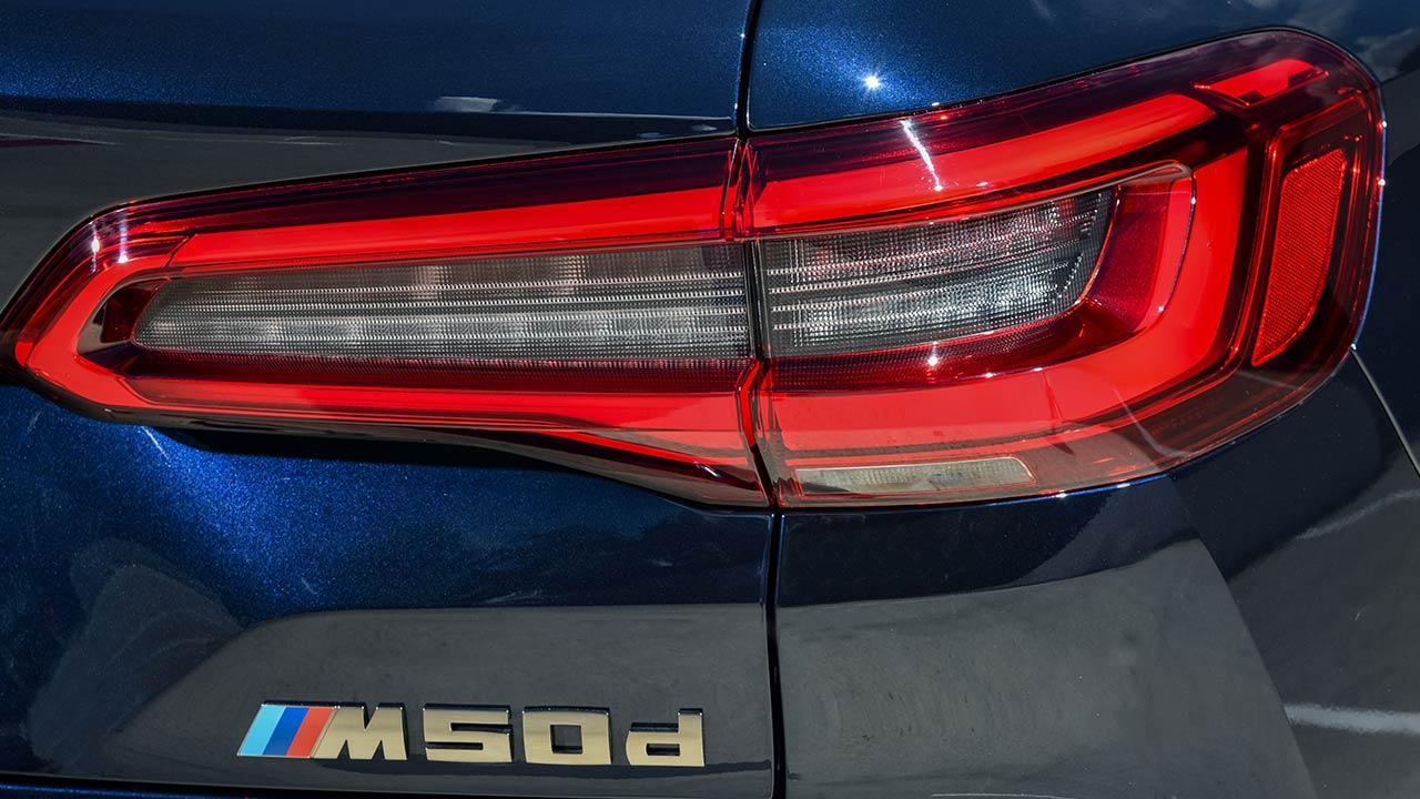 BMW X5 M50d - Schriftzug