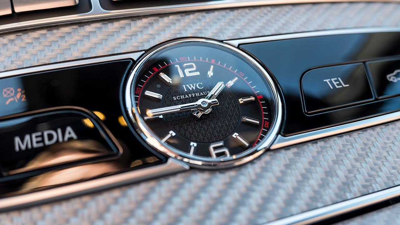 Mercedes-Benz E-Klasse Limousine - Uhr auf dem Armaturenbrett